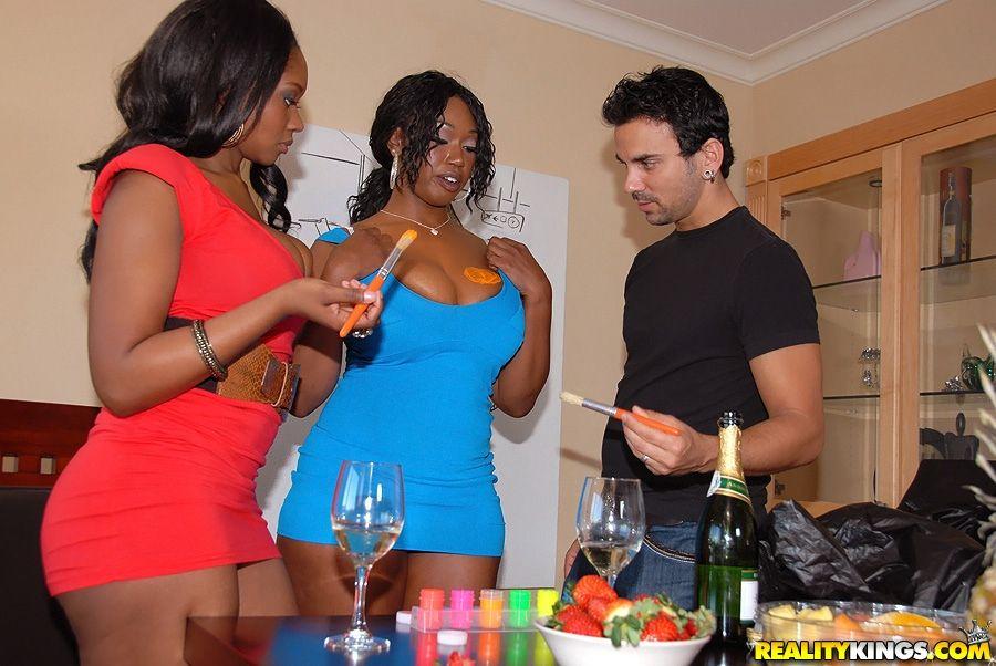 Грубая черная леди Baby Cakes с малышкой подружкой дали покрасить свои тела и поебать свои киски