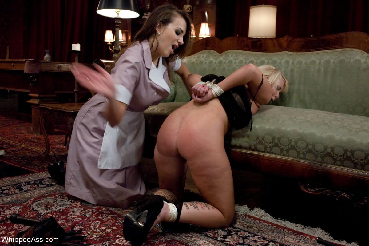 Горничная наказывает свою хозяйку за маленькую зарплату, зрелую бабу ждет настоящее секс-рабство
