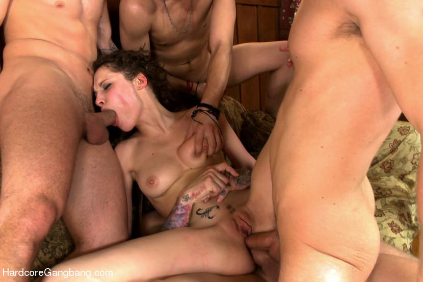 Групповую оргию устраивает мужик со своими друзьями, именно для этого у него горничная Никита Беллуччи