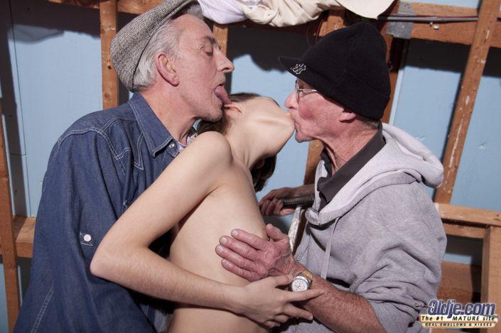 Молодая шалунья с одинаковым желанием принимает толстые хуи мужиков и в жопу и в пизду