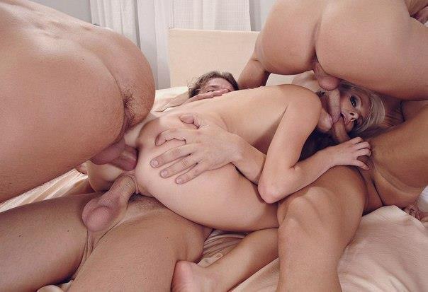 Молодые сучки обожают анальный групповой секс на дому