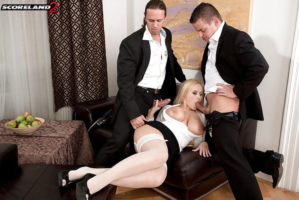Мужик с другом ебут жену в два члена на кожаном диване