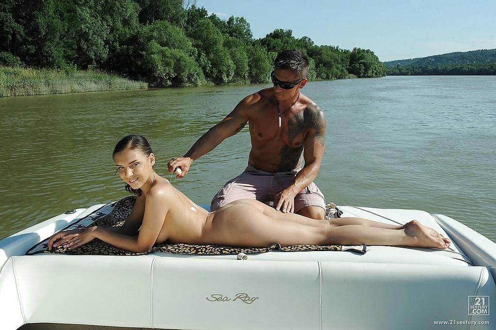 Русская туристка даёт в анал на катере посреди озера