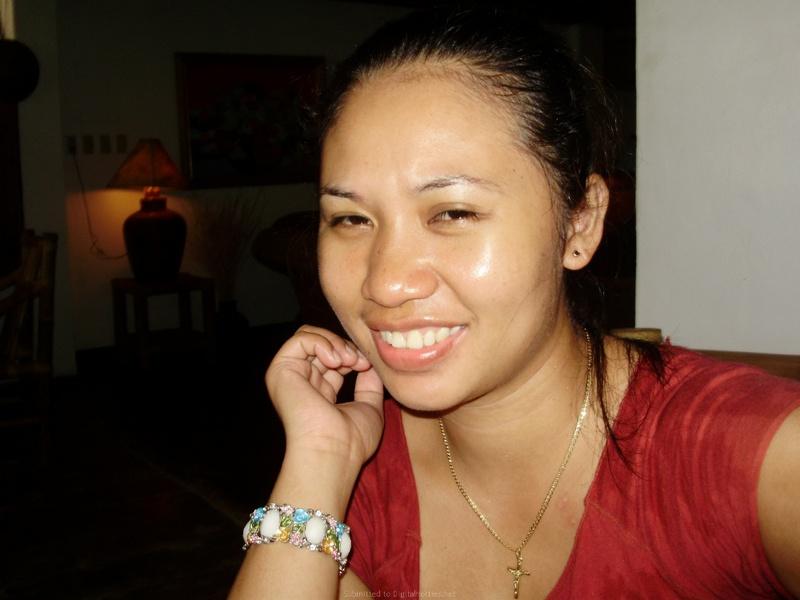 Азиатка на отдыхе снимает лифчик для хахаля в номере отеля
