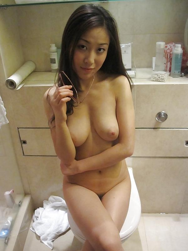Азиатские милашки селфятся дома в зеркалах