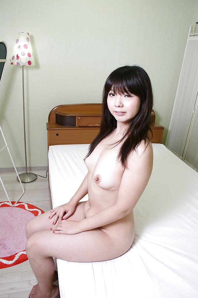 Японка с миниатюрной фигурой засветила мохнатую киску