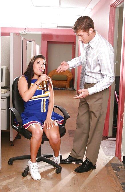 Мужик задрал юбку и трахает сочную телку в офисе