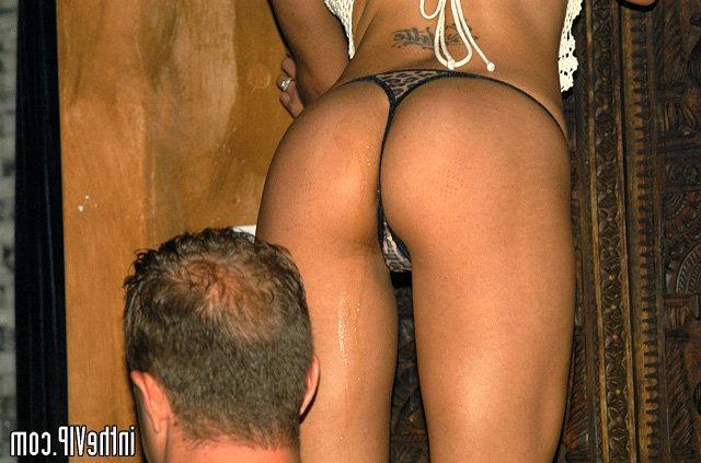 Игривая девушка трахается с новым бойфрендом в клубе