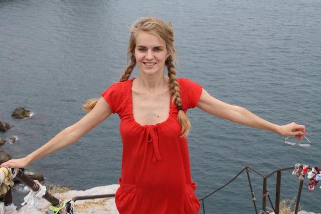 Симпатичная девушка трахается с парнем дома и позирует у моря