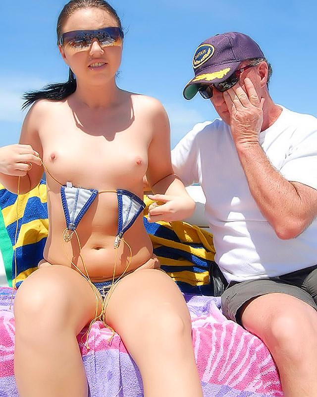 Аппетитная девушка в бикини рвет пизду на воде