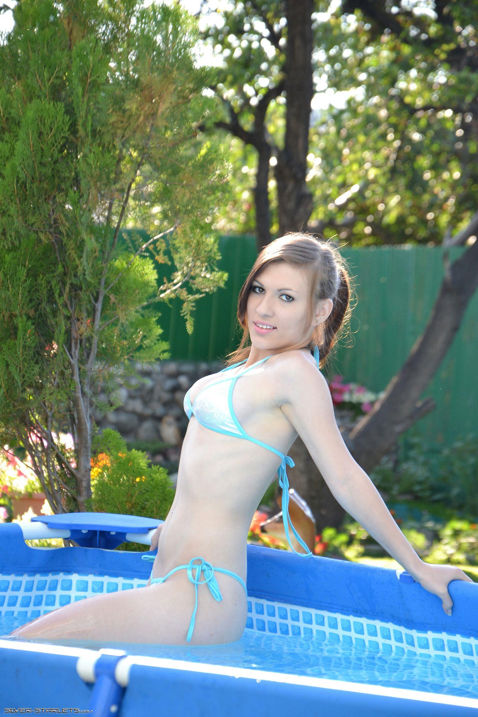 Миа в бассейне (не голая)
