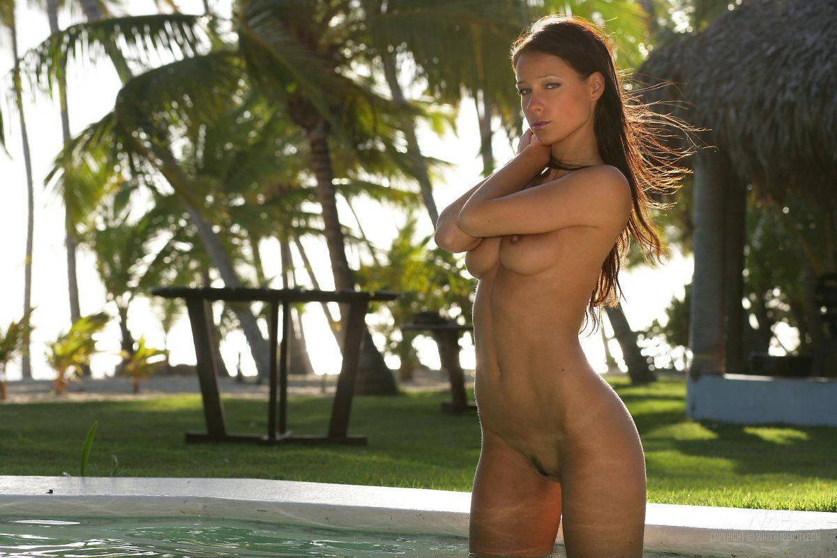 Обнаженная грациозная черноволосая крошка Melissa Mendiny красуется своим прекрасным телом в открытом бассейне
