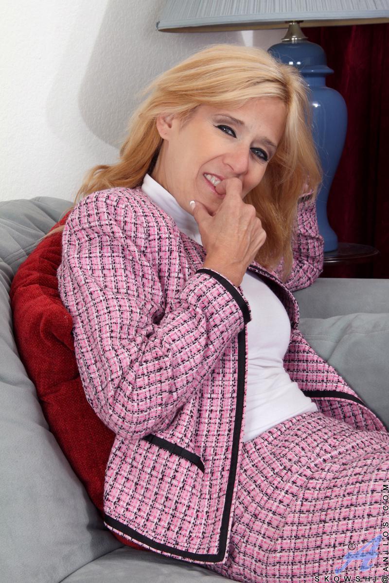 Бесстыжая мамочка-блондинка Skowshi Anilos раздевается и показывает горячую киску крупным планом