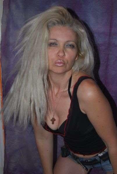 Блондинка в купальнике и сапогах