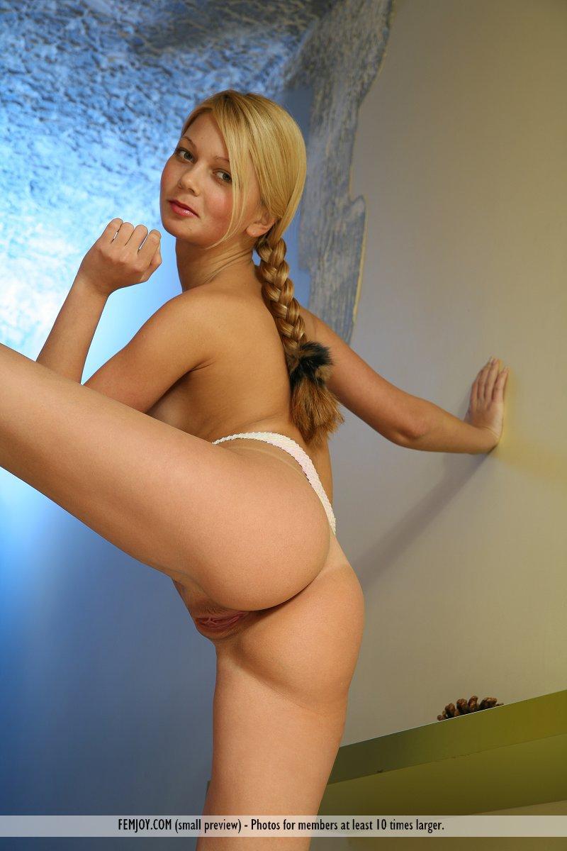 Голая блондинка Sylvia A с горяченькими ножками дурачиться в белых трусиках-стрингах