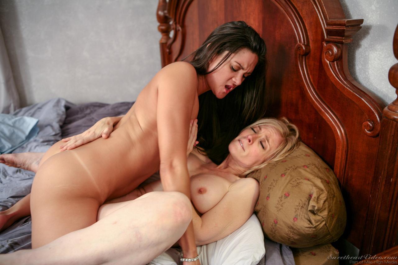 Голодная блондинка Nina Hartley не останавливаясь развлекается вылизыванием киски с Stepanie