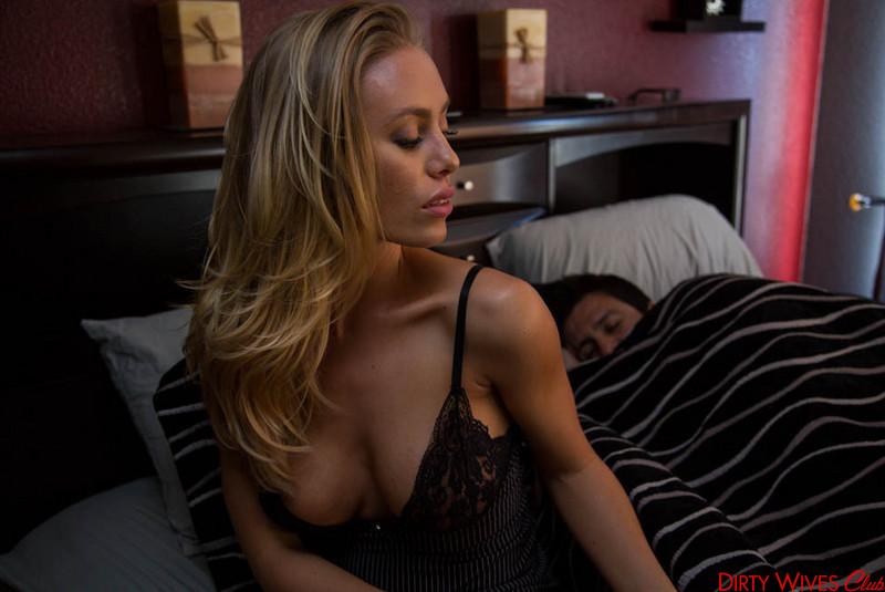 Грудастая, горячая блондинка Nicole Aniston подставляет киску твердому члену и наслаждается действием