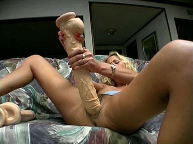 Грудастая мамочка-блондинка Zana удовлетворяет свою киску огромным дилдо и четыремя пальцами