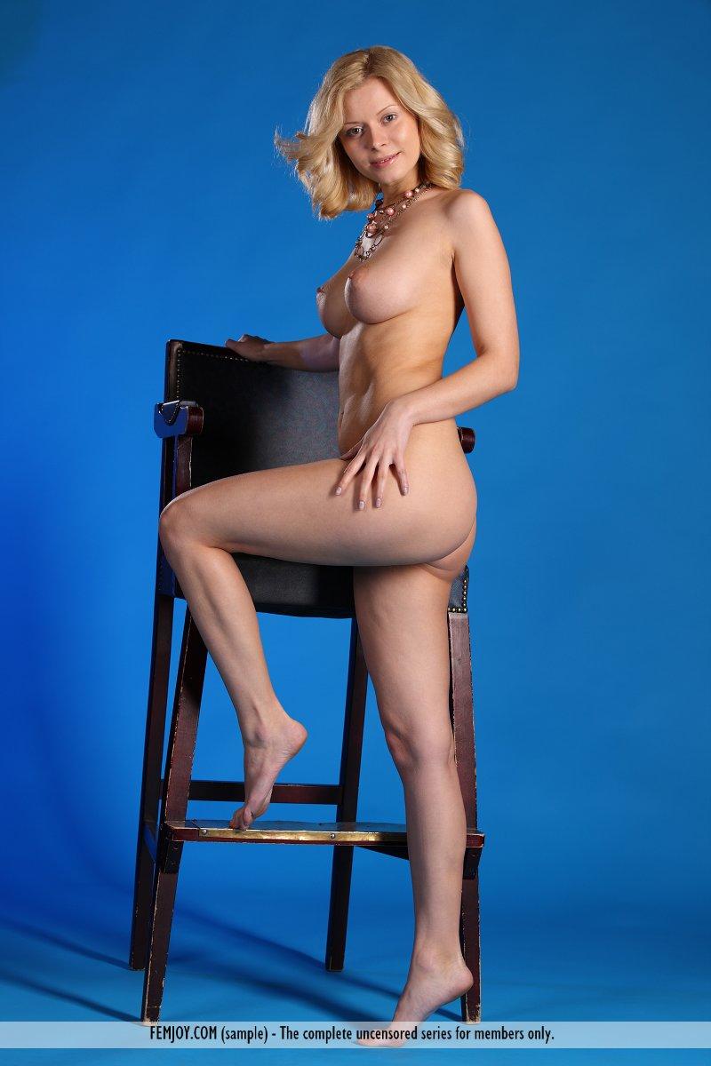 Элегантная крошка блондинка Oliwia Aпозирует обнаженной на стуле и и  заставляет наши головы взрываться поочередно