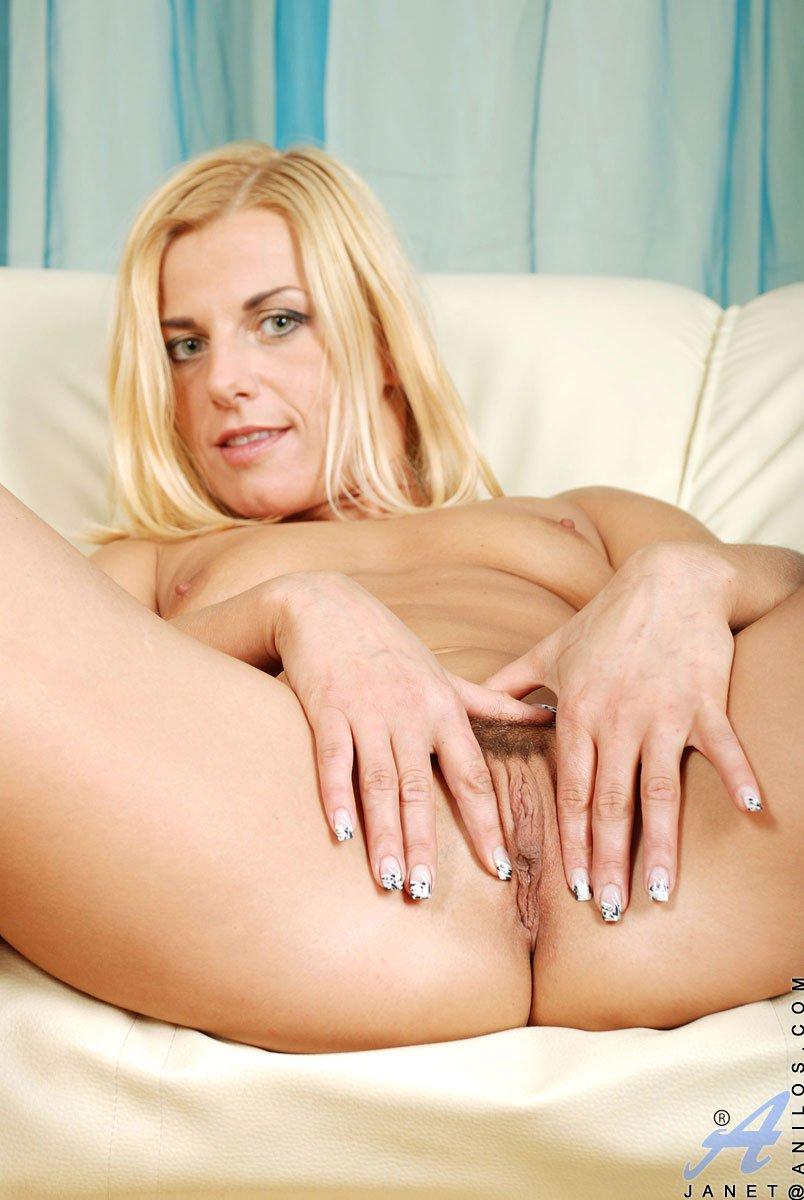 Эпатажная блондинка на каблуках Zandora Koberova трахает дилдо свою горячую киску