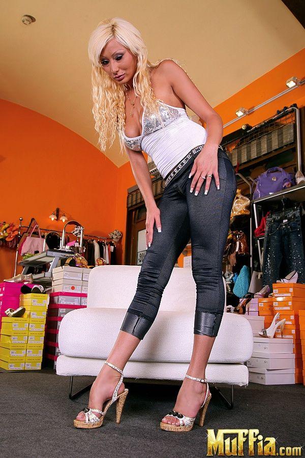 Красивая блондинка Sabina Rose раздевается догола и показывает свое тело с головы до ног в обувном магазине