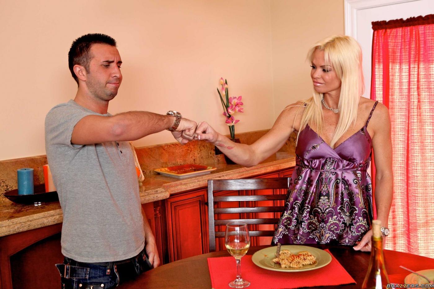 Мамочка-блондинка с шелковой киской и красивой формы грудью Rhylee Richards трахается и получает сперму