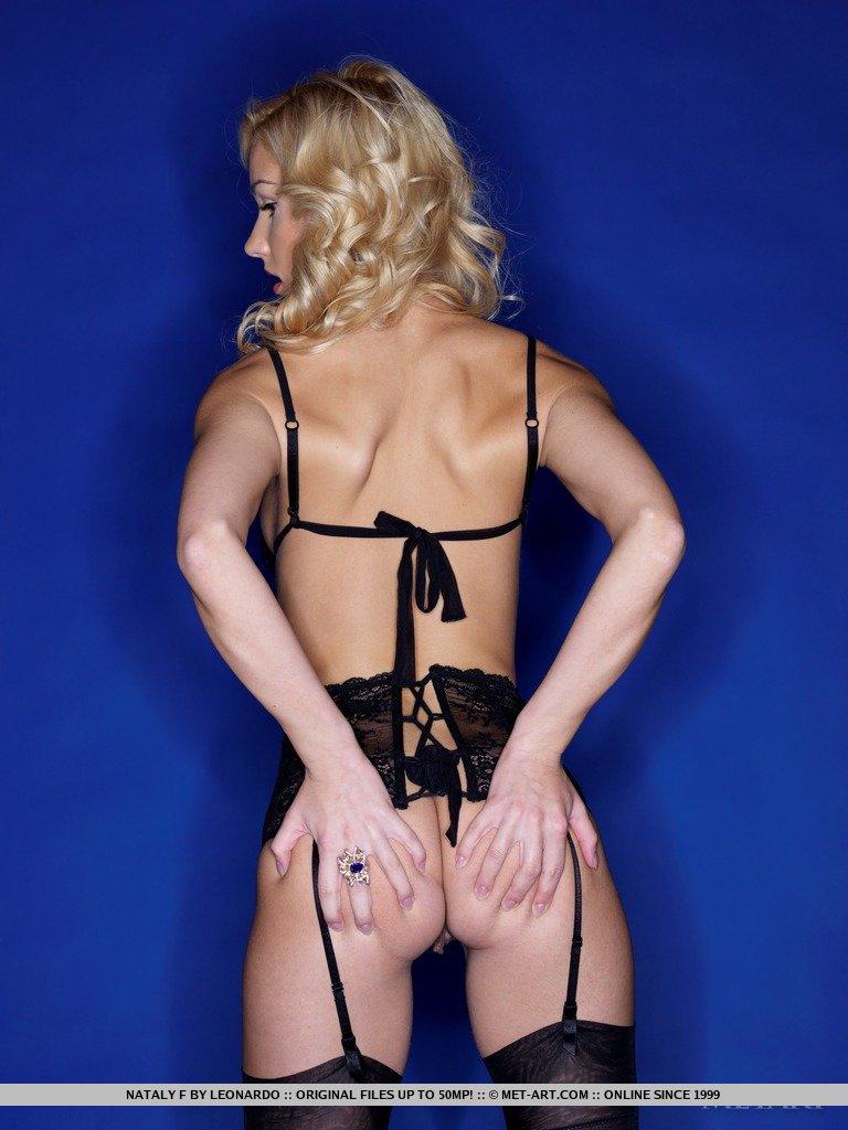 Милая блондинка Nataly F показывает свое тело в черном белье