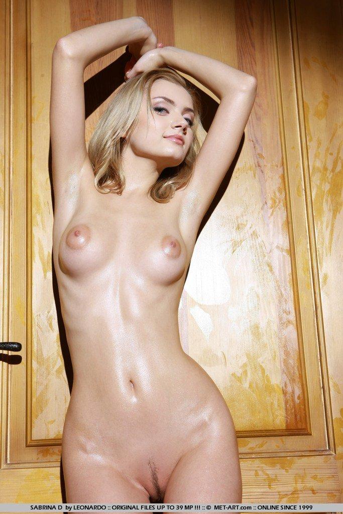 Молодая блондинка Sabrina D только на каблуках, делится тайнами своего обнаженного тела