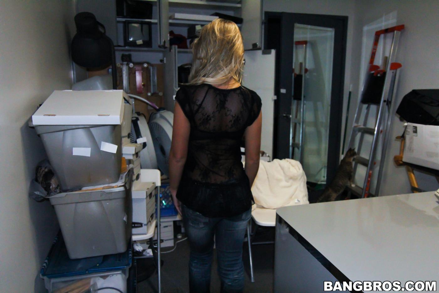 Нахальная блондинка с большой грудью Aubrey Adams глубоко заглатывает член и потом трахается с ним