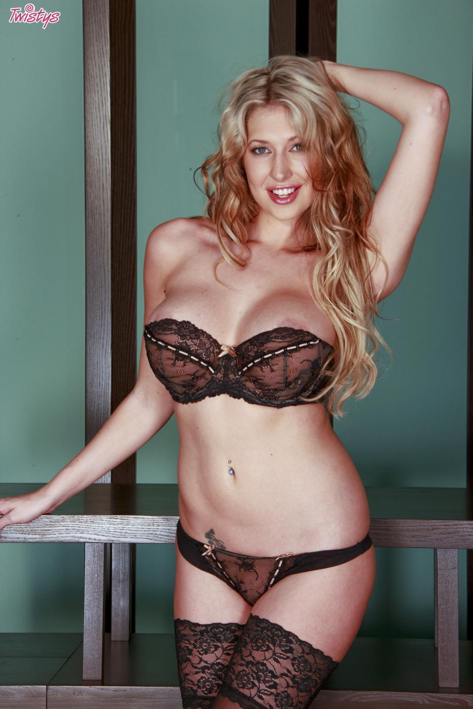 Несмотря на то, что эта грудастая блондинка Lexi Lowe одета в трусики, ничего не мешает ей демонстрировать свою грудь и киску