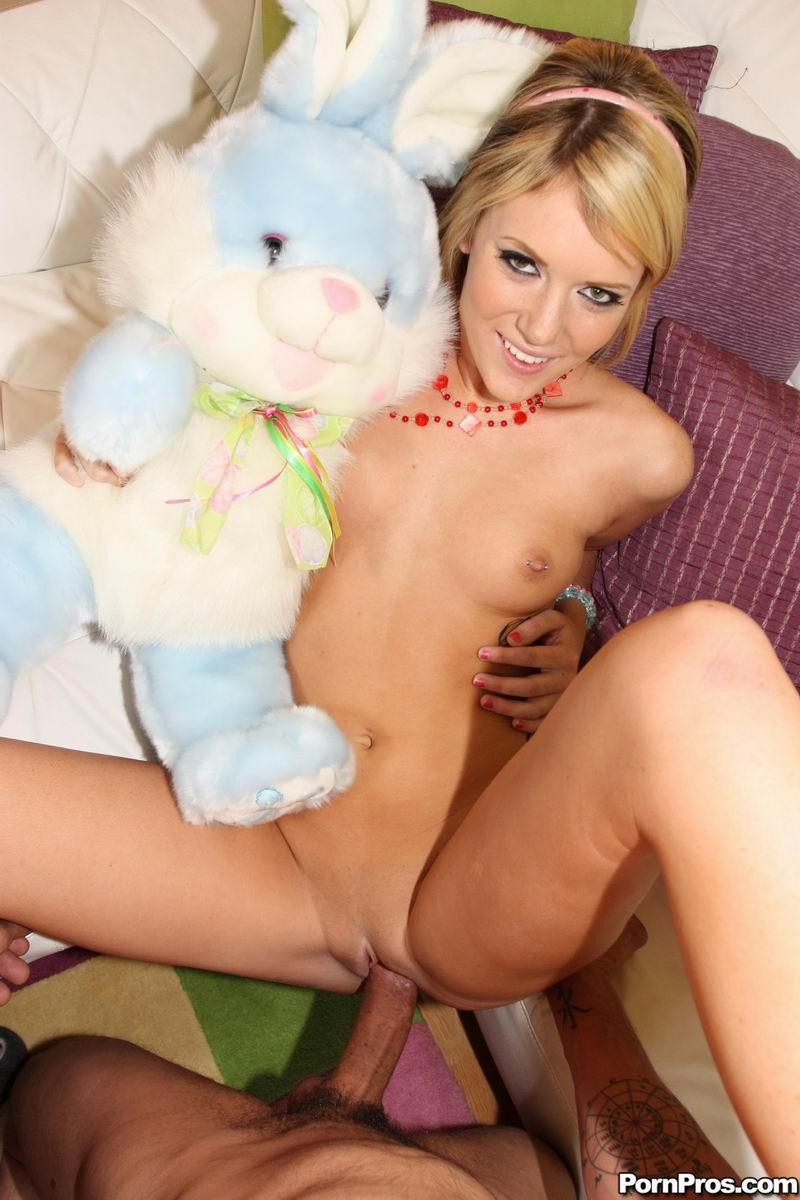 Нежная блондинка Riley Ray показывает бритую киску и занимается сексом