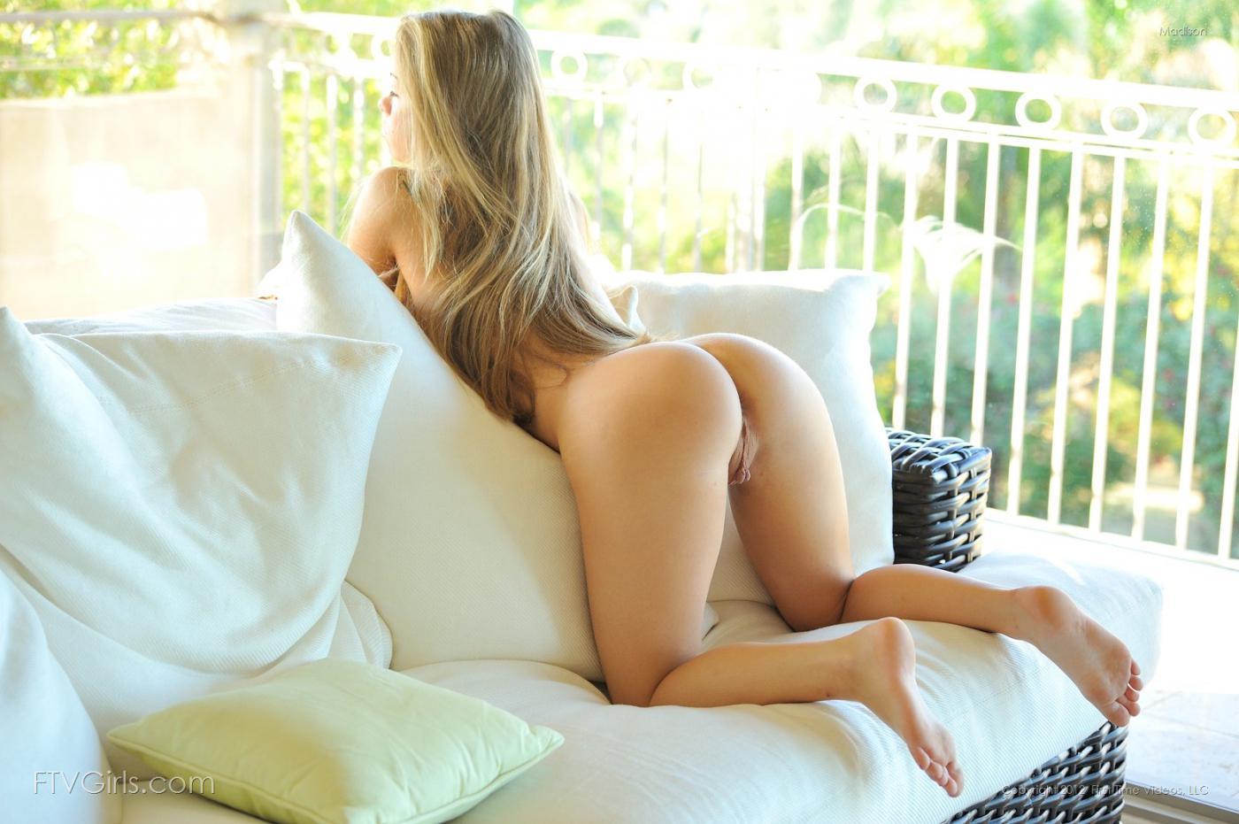 Обнаженная блондинка Madison показывает чудесную попку и пухлую