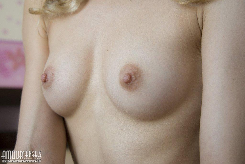 Прикольные половые губки у худенькой блондинки