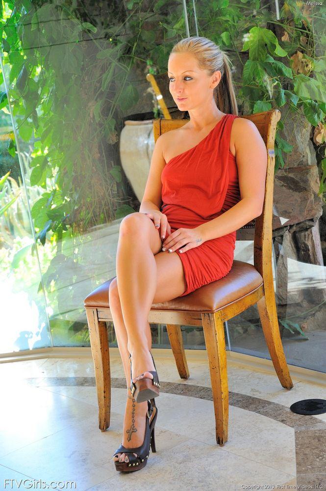 Роскошная блондинка Melissa Matters позирует в обтягивающем красном платье в яркий
