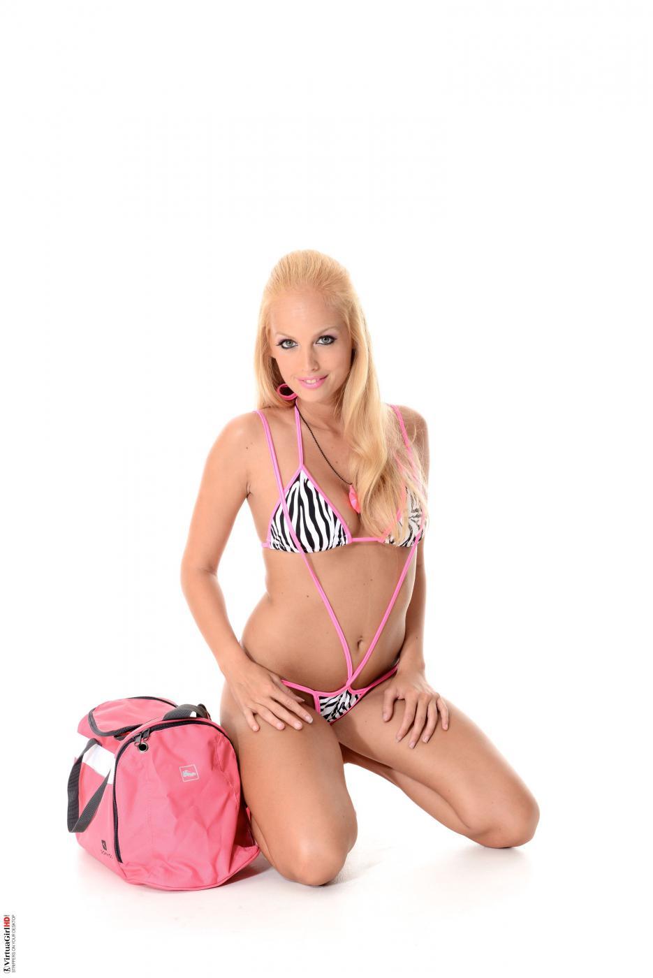 Сексуальная блондинка Melody Powers остается без лифчика и натирает полную грудь ароматическим лосьоном