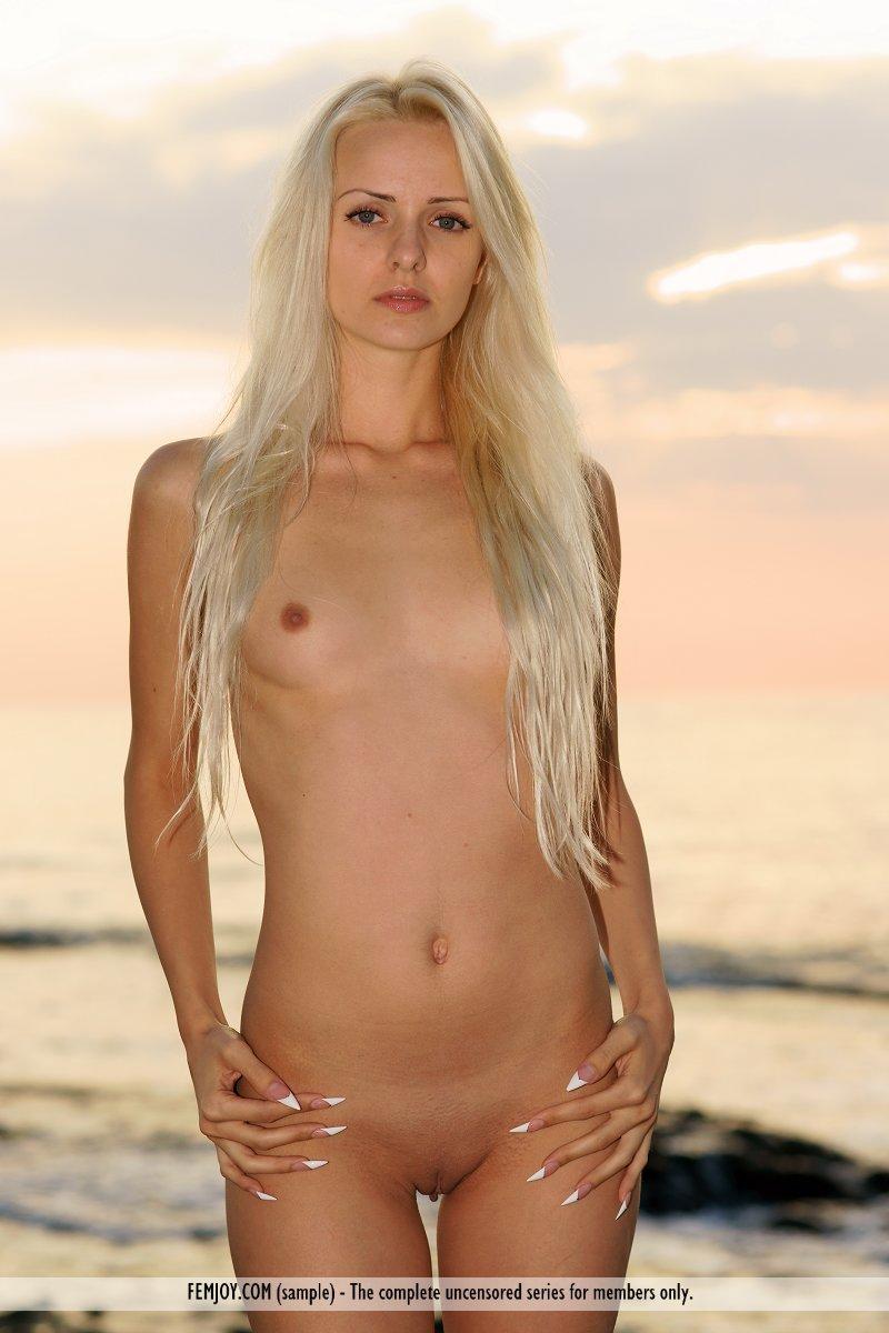 Сексуальная блондинка Vika Milena в красивом месте, показывает классное обнаженное тело