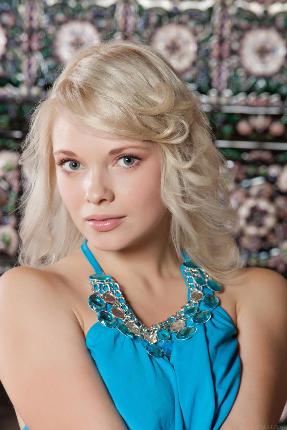 Сладкая блондинка Feeona A снимает облегающее синее платье и позирует обнаженной с поднятыми ногами