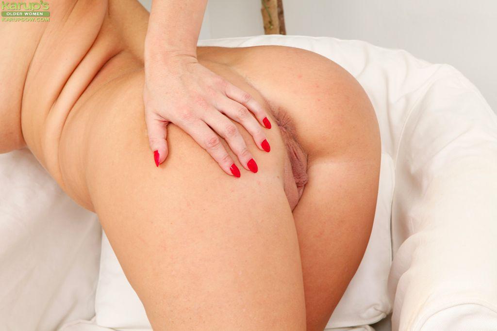 Сняв платье и стринги, пухлая блондинка Bethany Taylor трахает дилдо свою киску