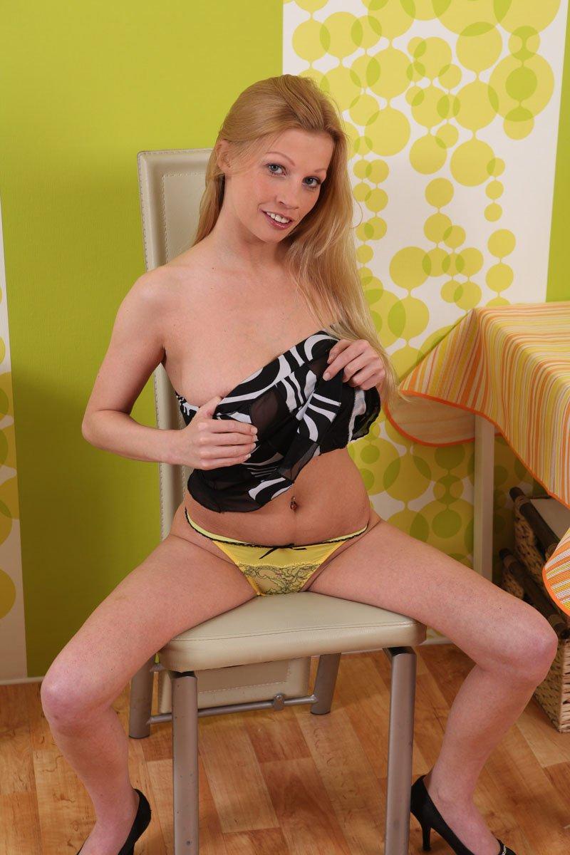 Соблазнительная блондинка Bella Karina засовывает секс-игрушку очень глубоко в киску