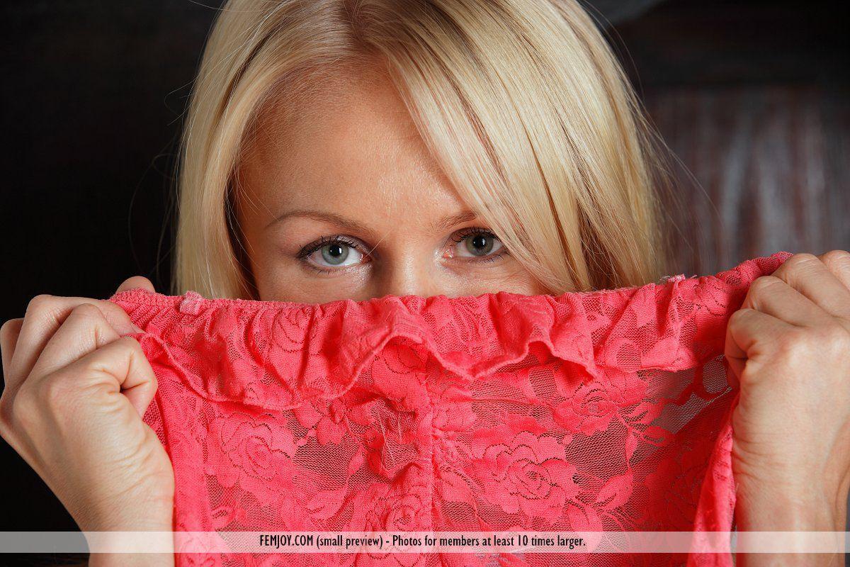 Соблазнительная блондинка Valentina Nubiles рада показать свою милую бритую киску