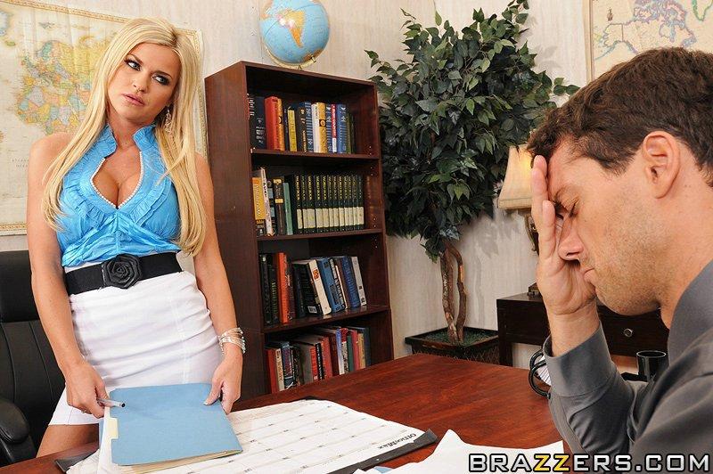Стройная офисная блондинка с округлыми сисечками McKenzie Miles дала заполнить дырочку толстому члену