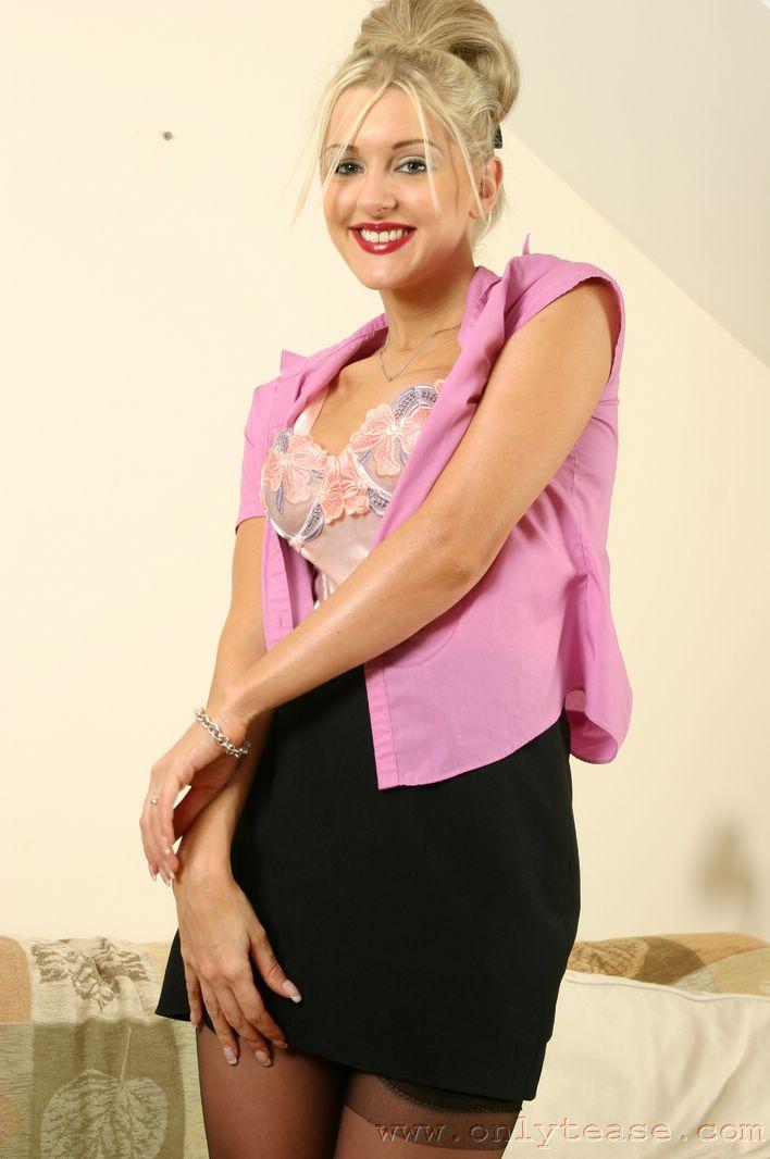 Вкусная блондинка в красивой блузке, юбке и белье - Vicky Holloway, показывает свою сексуальную щель