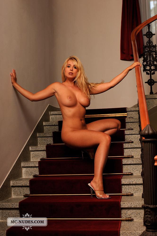 Жалко, что блондинка Katerina Hovorkova совсем одна в этой софткорной галерее