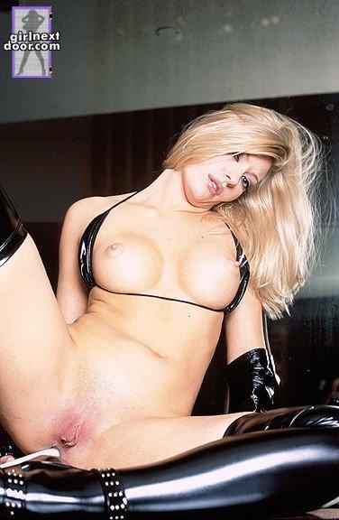 Знойная блондинка в черном латексе Laurie Wallace играет со своей гладкой розовой киской