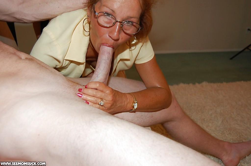 Большегрудая бабуля учит делать минет студентку