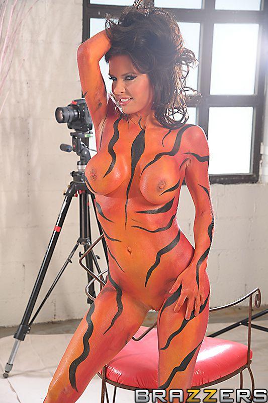 Грудастая мамочка Veronica Avluv принимает грязные позы для камеры и занимается грубым сексом