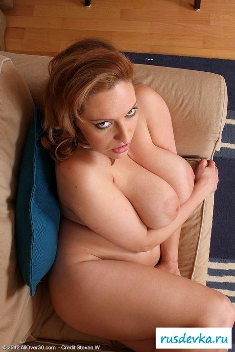 Грудастая присела с голой задницей на диванчик