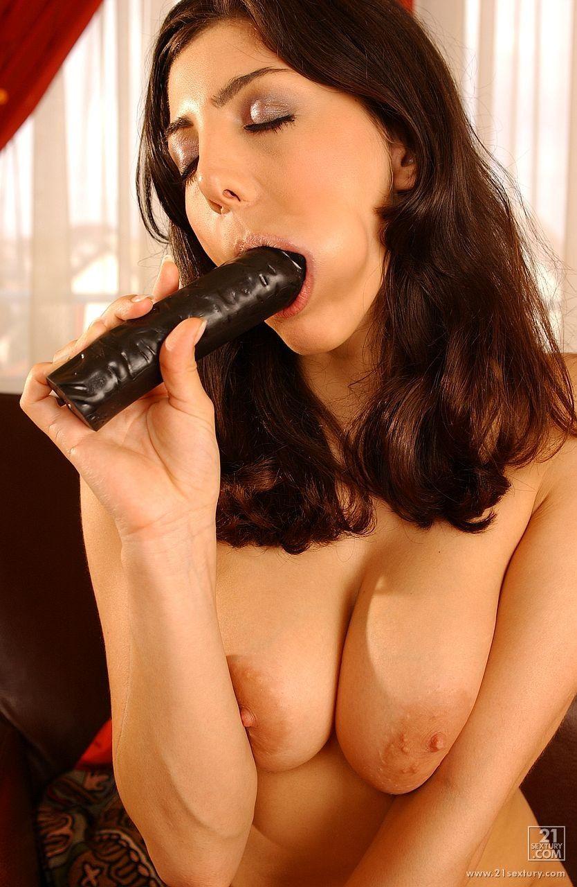 Грудастая Sabine Black раздвигает свою бритую киску и пихает в нее черный дилдо