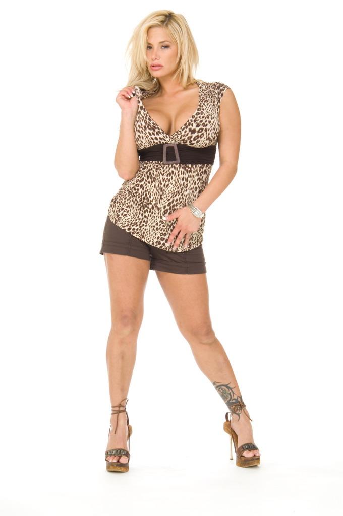 Похотливая Shyla Stylez раздевается и показывает свои большие сиськи и сладкую киску