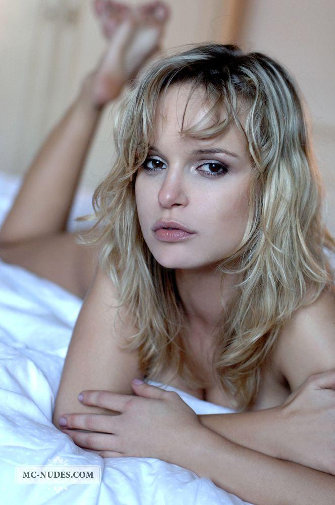 Пришло время грудастой блондинке Renata Daninsky показать свои дыньки
